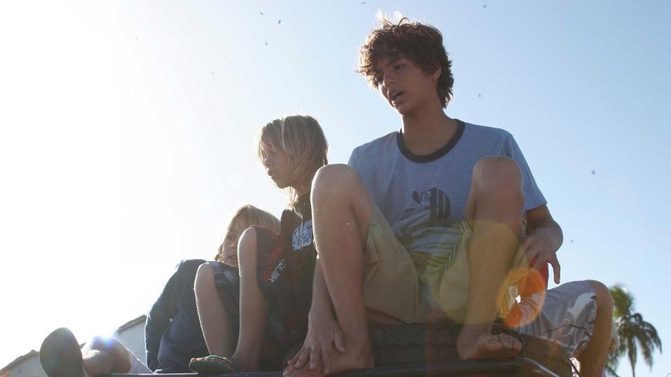 Gabriel observando as ondas junto com Luan Wood e Lucas Silveira, na Bahia 2007.