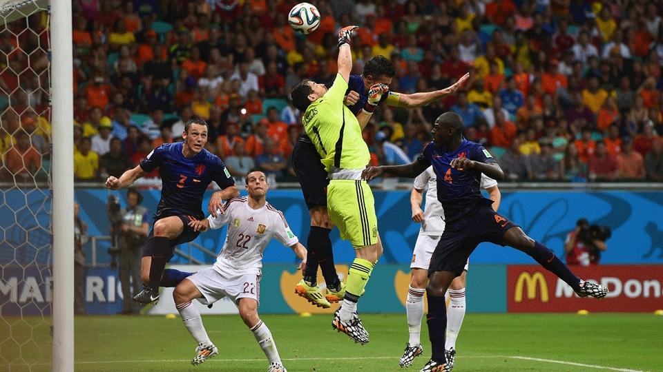 Lance do terceiro gol causou polêmica: espanhóis reclamaram de falta em Casillas