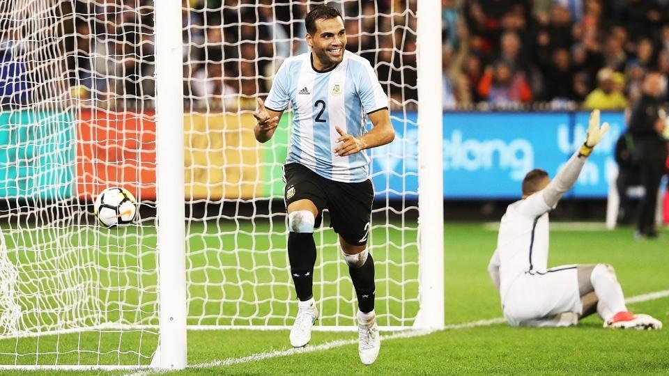 jogador argentino Mercado comemora gol marcado diante da seleção brasileira