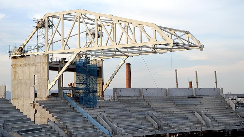 Parte da cobertura do estádio já está em fase de instalação