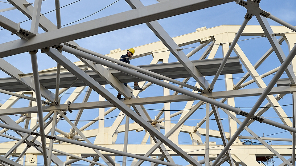 Operário trabalha na instatação da estrutura parte da cobertura do Allianz Parque