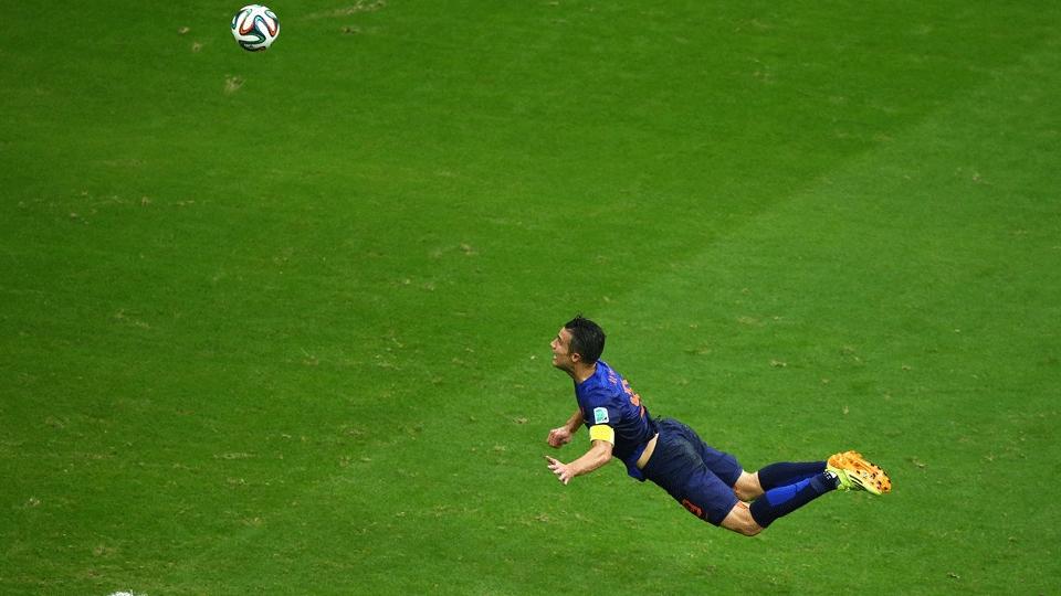 Van Persie 'voou' para dar o peixinho e empatar o jogo para a Holanda