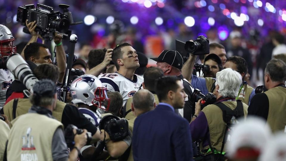 Tom Brady olha para o céu no meio da multidão da imprensa: os Patriots são campeões do Super Bowl LI