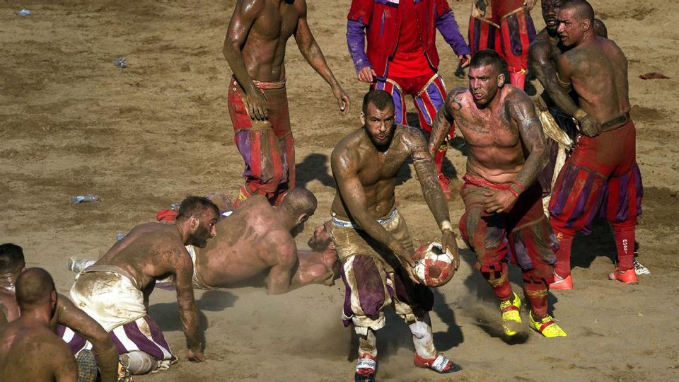 Os jogadores que permanecem em pé tendem a diminuir a velocidade à medida que o jogo avança. Cada partida dura 50 minutos, sem paralisações