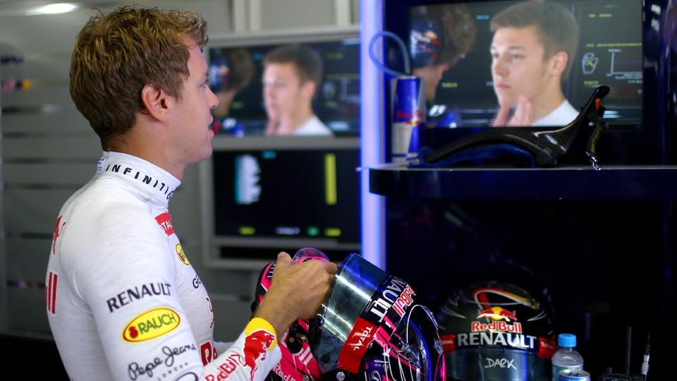 Nos boxes, Vettel acompanhou tudo pela telinha de sua TV