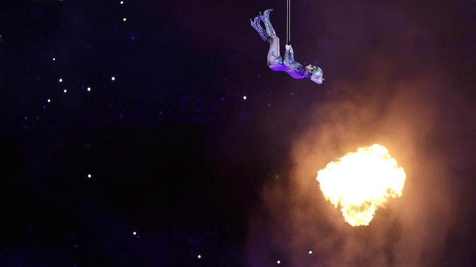 Lady Gaga voa em sua apresentação no show do intervalo do Super Bowl LI