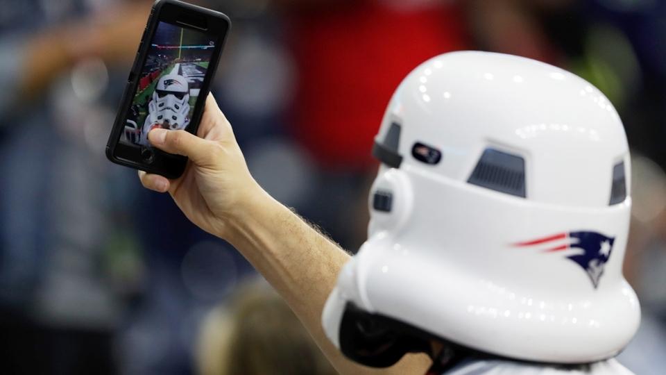 'Stormtrooper' torcedor dos Patriots bate selfie antes do Super Bowl LI