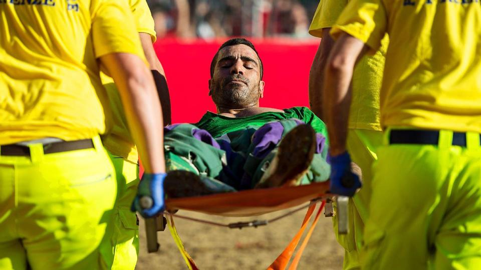 O jogo não pára para as equipes médicas, que entram no campo durante a partida para tratar os jogadores; cada time inicia com 27 homens, número que pode diminuir, já que substituições não são permitidas