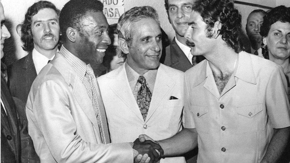 Rivellino aperta a mão de Pelé durante evento em São Paulo, em 1972