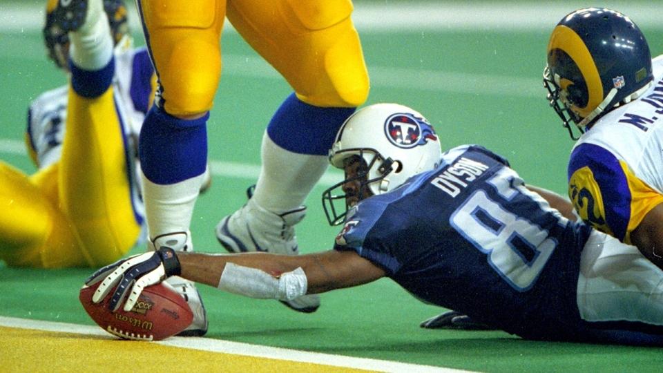 O linebacker Mike Jones não consegue dar o tackle em Kevin Dyson 04b840a5d5415
