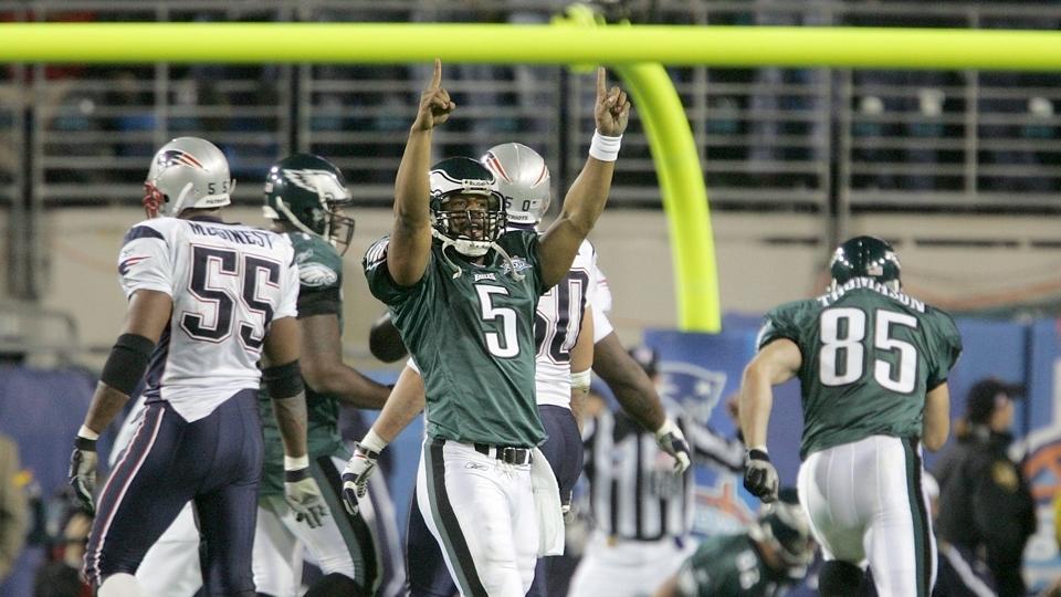 Donovan McNabb comanda uma campanha espetacular da própria endzone nos  minutos finais e lança o touchdown da vitória para Terrell Owens. f88ba23282d8d