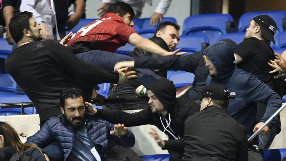 Torcedores do Besiktas brigam nas arquibancadas dentro do estádio do Lyon