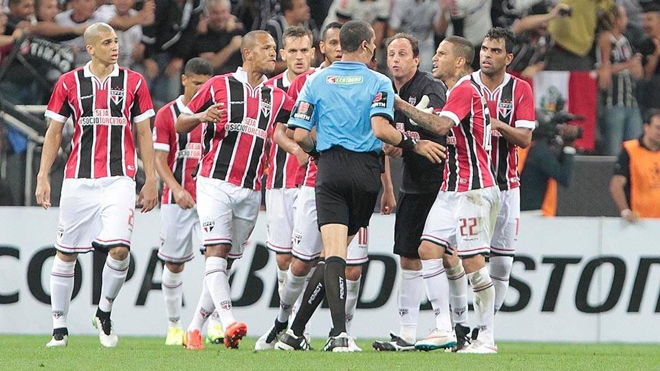 Jogadores de São Paulo reclamam de falta após segundo gol do Corinthians
