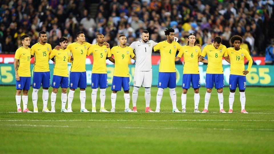 Jogadores fazem um minuto de silêncio em homenagem às vítimas dos atentados ocorridos na Europa, na última semana