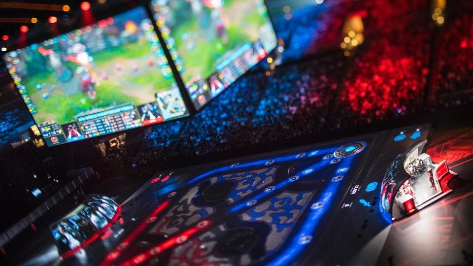 O paco do Staple's Center virou um mapa gigante de Summoner's Rift e tornou a Final do Mundial de 'League of Legends' ainda mais emocionante