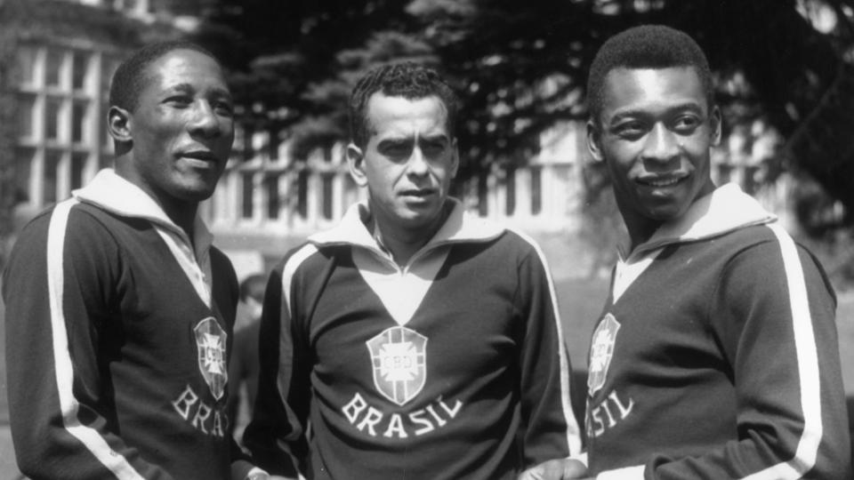 Na foto, Zito aparece entre Djalma Santos e Pelé, outras lendas do futebol brasileiro, em 1963