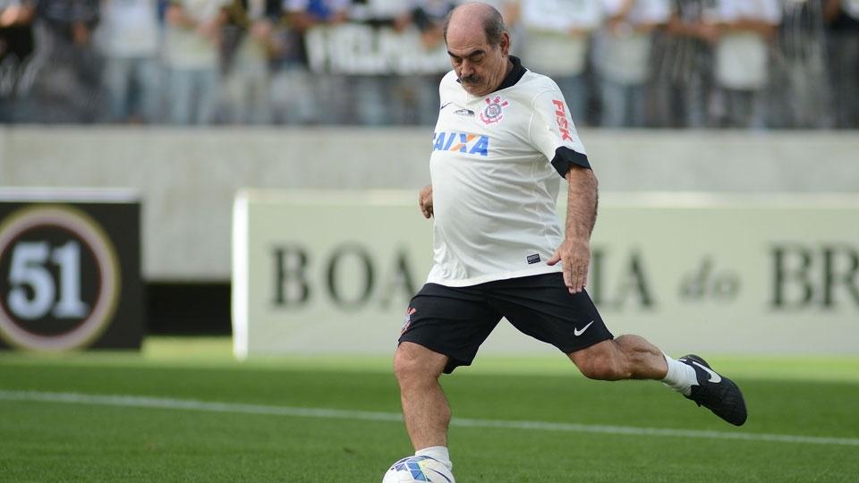 Rivellino cobra pênalti durante partida festiva na Arena Corinthians