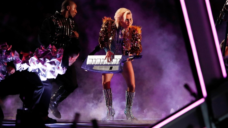 Lady Gaga toca teclado durante sua performance no show do intervalo do Super Bowl LI
