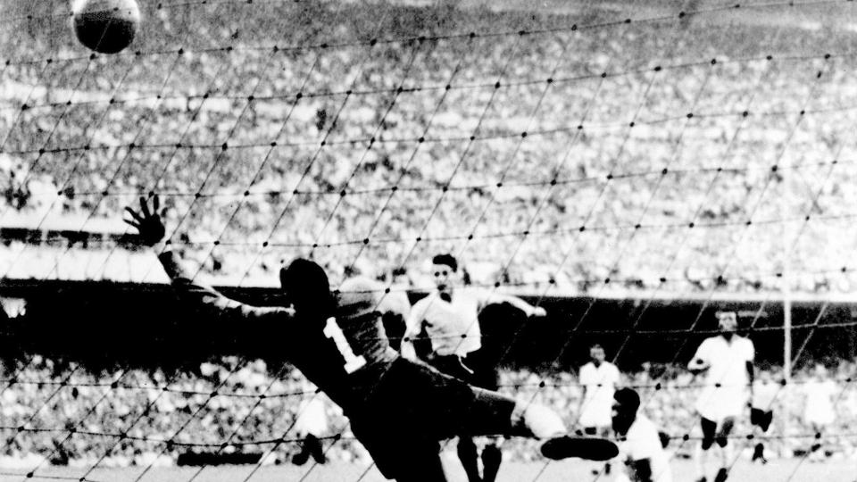 E a mais famosa, também de 1950, quando o Uruguai venceu o Brasil no Maracanã e conquistou o título