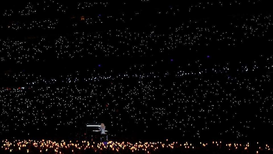 Público ilumina a apresentação de Lady Gaga no show do intervalo do Super Bowl LI