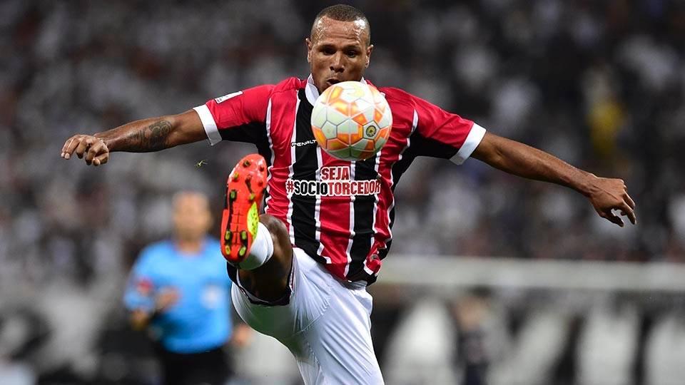 Luis Fabiano tenta o domínio de bola