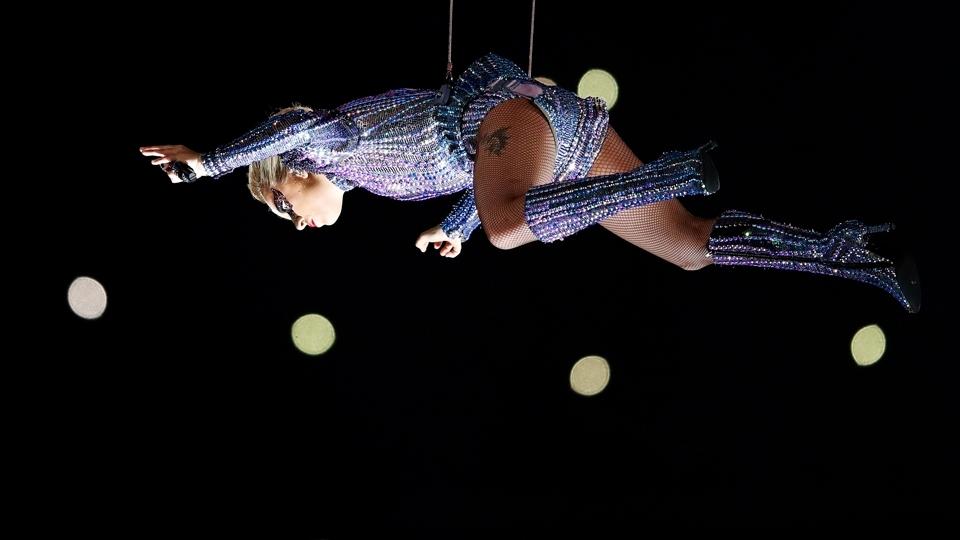 Lady Gaga voa no show do intervalo do Super Bowl LI