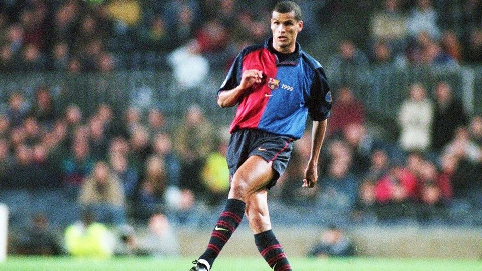 Rivaldo com a camisa 1999/00 do Barcelona: azul e grená meio a meio, com a manga em azul escuro