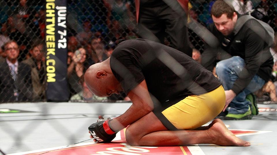 Solitário após a luta, Anderson se ajoelhou e agradeceu dentro do octógono
