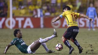 Zé Roberto em disputa com o meia Oyola na partida de ida das oitavas-de-final