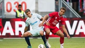 Emanuel Mammana em disputa com Cyriel Dressers, do Utrecht