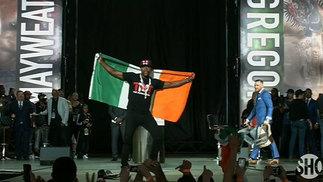 Vai longe! Mayweather provoca com bandeira da Irlanda, e McGregor responde 'roubando' mochila de boxeador