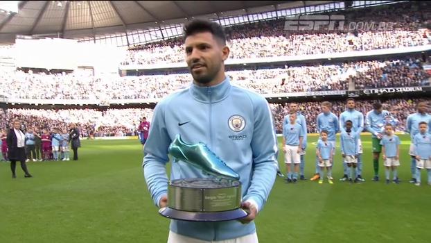 Maior artilheiro da história do Manchester City, Aguero recebe homenagem das mãos de ídolos do clube