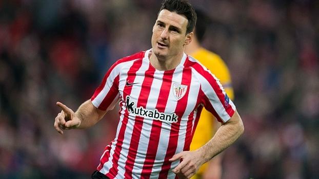 Aduriz marca, Bilbao vira sobre o APOEL e sai na frente por vaga nas oitavas