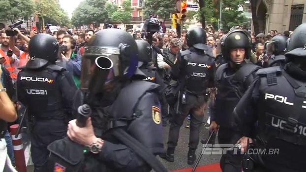 Veja o clima na Catalunha que colocou o jogo do Barcelona em risco; cidadãos gritam: 'Imprensa espanhola, manipuladora'
