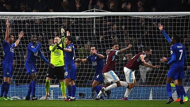 Com gol polêmico no fim, Leicester cai para o Burnley e se aproxima da zona de rebaixamento