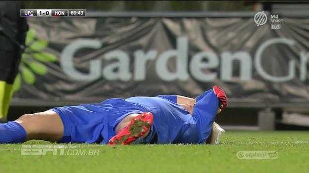 Golaço ou lambança? Goleiro se enrola todo e leva gol do meio de campo na Hungria