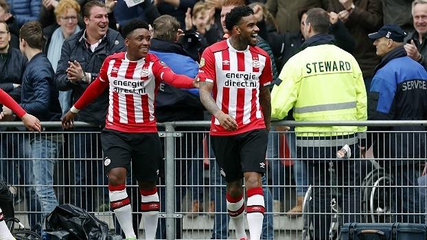 Com golaço de falta, PSV vence clássico com Ajax e afasta sonho de título do rival