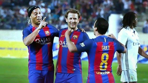 Com direito a passe sem olhar, veja as três assistências de Ronaldinho no 'Clássico das Lendas'