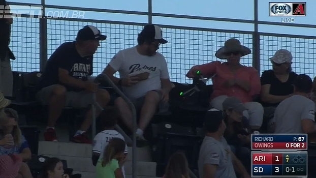 Drone descontrolado atrapalha jogo da MLB e acerta torcedores na arquibancada