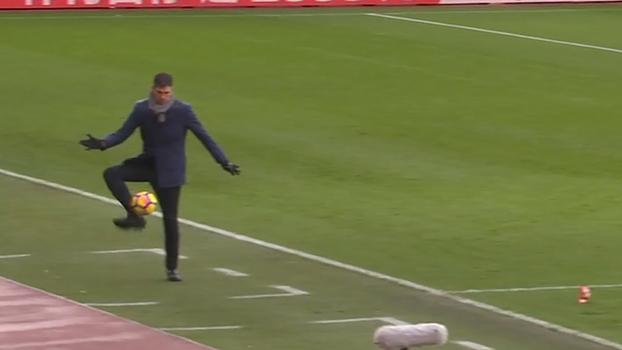 Que domínio! À la Ronaldinho, técnico do Southampton mata bola e impressiona em jogo contra Arsenal