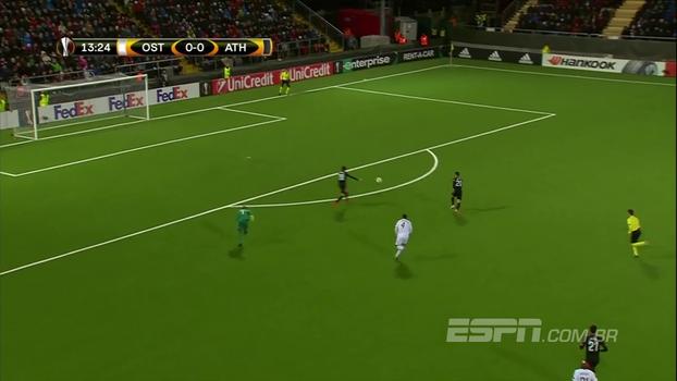 Tenebroso! Goleirão domina errado, escorrega depois e entrega gol na Europa League