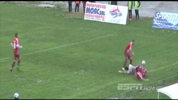 Jogador gasta tempo na lateral do campo e sofre falta criminosa na Argentina