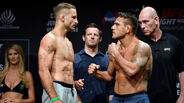 UFC Singapura: Rafael dos Anjos chega animado e fecha a cara em encarada com Saffiedine