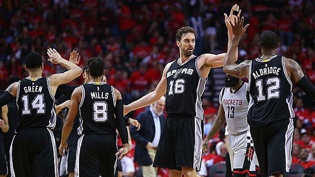 Sem Leonard, Spurs massacram os Rockets em Houston e fecham série
