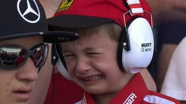 Menino chora na arquibancada ao ver Raikkonen abandonar e ganha recompensa