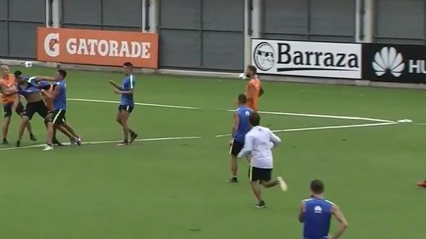 Jogadores do Boca Juniors trocam socos no treino, e técnico fica furioso