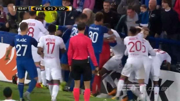 Com bebê num braço, torcedor do Everton procura briga e desfere socos em jogadores do Lyon