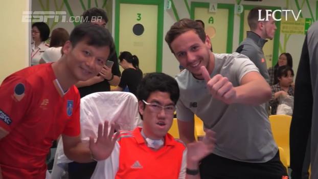 Durante pré-temporada em Hong Kong, elenco do Liverpool visita hospital; veja