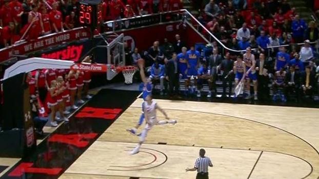 Jogador da UCLA rouba a bola no ataque, escapa do toco e dá linda enterrada