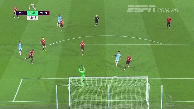 Sterling arrisca da entrada da área pelo lado direito, mas manda por cima do gol